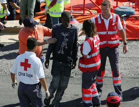 图文:偷渡客得到国际红十字会的照料