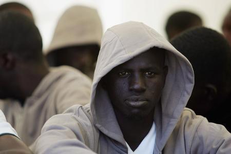 图文:被警方拘留的非洲偷渡客