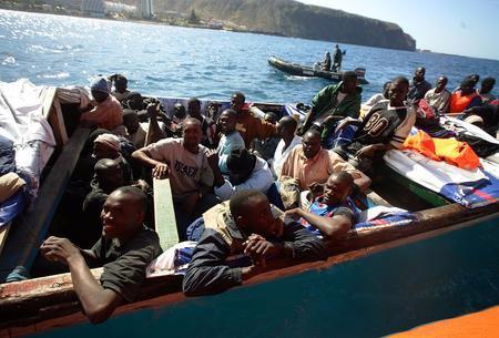 图文:小船上载有非洲偷渡客