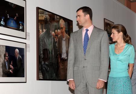 图文:王子夫妇参观参展作品