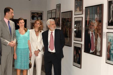 图文:王子夫妇参观展览