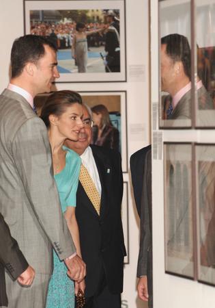 图文:王子夫妇兴致勃勃的参观
