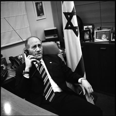 图文:奥尔默特在办公室内打电话