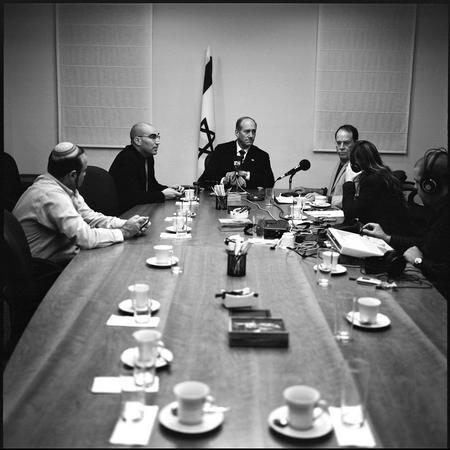 图文:奥尔默特接受军方电台采访