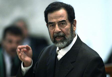 图文:萨达姆在法庭上发言