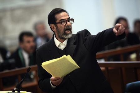 图文:萨达姆在法庭上接受审判