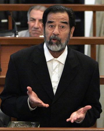 图文:伊拉克前总统萨达姆·侯赛因接受审判