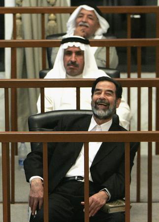 图文:伊拉克前总统萨达姆·侯赛因在法庭上