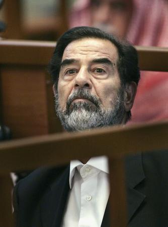 图文:伊拉克前总统萨达姆在法庭上