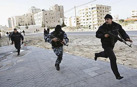 图文:巴勒斯坦武装分子与警察发生冲突