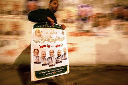 图文:哈马斯的支持者手拿竞选海报