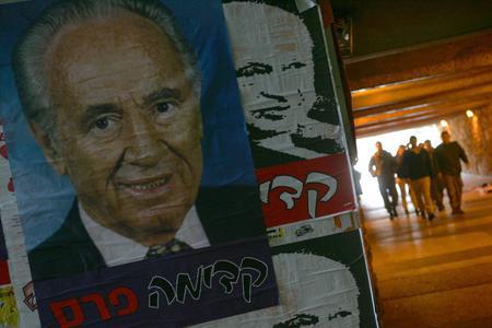 图文:以色列政治家佩雷斯的海报