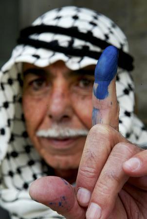 图文:男子在展示其蘸有蓝色墨迹的手指