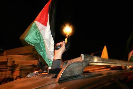 图文:巴勒斯坦武装分子在投票站外向空中开火