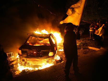 图文:法塔赫运动成员举行游行焚烧汽车