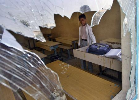 图文:一名伊拉克的学童站在教室里