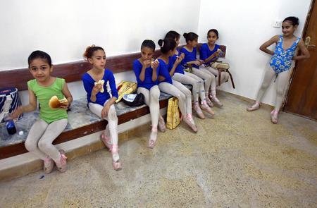 图文:伊拉克少儿芭蕾舞演员在练习结束后休息