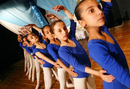 图文:伊拉克少儿芭蕾舞演员正在做练习