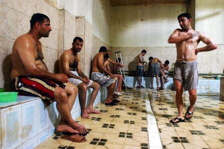 图文:伊拉克居民在公共浴室中放松休息