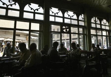 图文:伊拉克居民正在茶室里玩西洋双陆棋