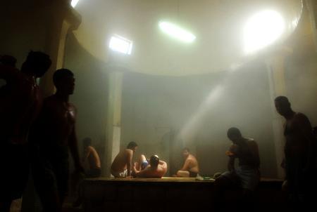 图文:伊拉克人在公共浴室中放松休息