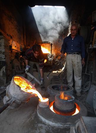 图文:正在自己店铺里工作的伊拉克铁匠