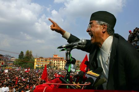 图文:尼泊尔前总理德乌帕向集会人群发表讲话
