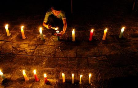 图文:尼泊尔儿童为丧生的抗议示威者守夜祈祷