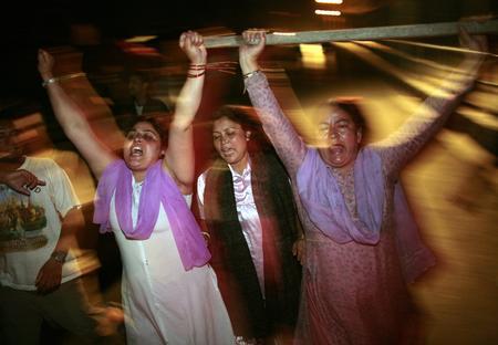 图文:抗议者走上尼泊尔首都加德满都街头庆祝