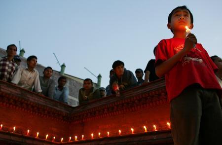 图文:尼泊尔儿童为丧生示威者守夜祈祷