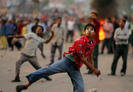 图文:抗议者向警察投掷石块反对国王贾南德拉统治