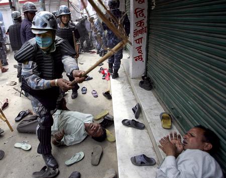 图文:尼泊尔防暴警察驱散前往皇宫的游行队伍