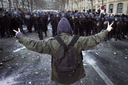 图文:一名学生向防暴警察队伍走去