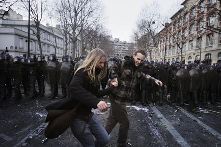 图文:一对情侣在防暴警察面前跳舞