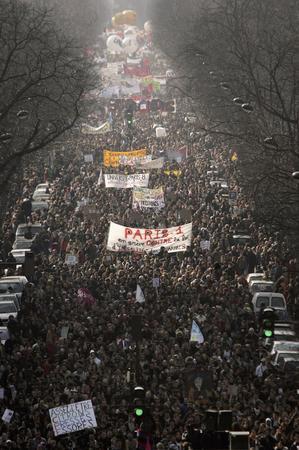 图文:法国巴黎学生与工人街头抗议首次雇佣合同