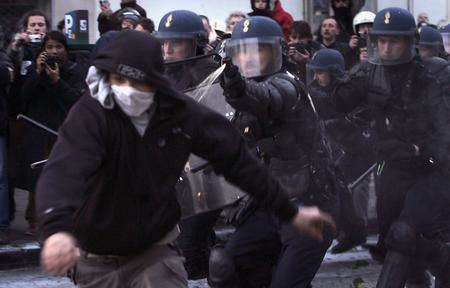 图文:法国巴黎30万人涌上街头抗议首次雇佣合同
