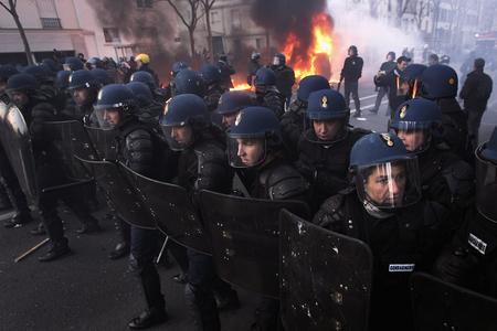 图文:防暴警察列队向学生游行队伍前进