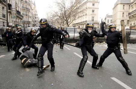 图文:警察逮捕一名游行学生