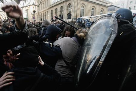 图文:游行学生与防暴警察发生冲突