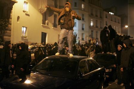 图文:示威者站上停靠路边汽车车顶