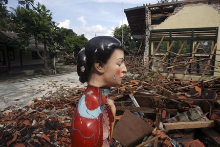 图文:废墟中矗立着一尊雕像