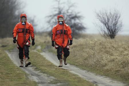 图文:消防员身着防护服进行巡逻