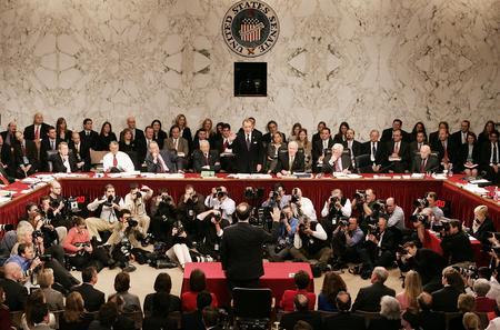 图文:阿利托在国会山回答参议员们提问