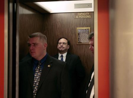 图文:阿利托就任联邦大法官后在电梯