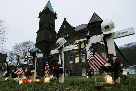 图文:美国萨戈煤矿事故人员墓碑