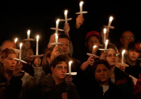 图文:人们悼念煤矿事故人员