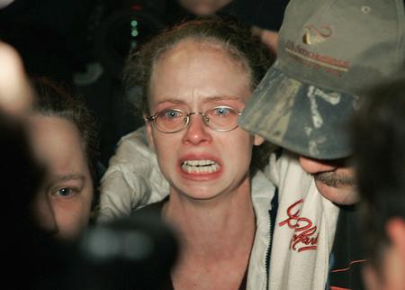 图文:美国萨戈煤矿事故人员悲恸的亲属