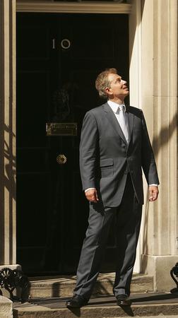 图文:布莱尔在首相官邸门口