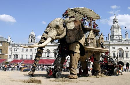 图文:巨型机械大象亮相英国街头