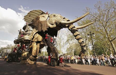 图文:巨型机械大象亮相英国